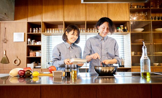 料理ユニット「てとてと」の井上豪希さん、桃子さん、作業中