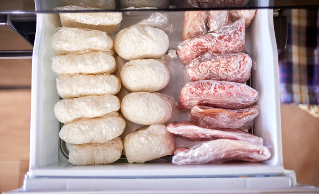 冷凍庫の中にごはんと肉が入っているところ