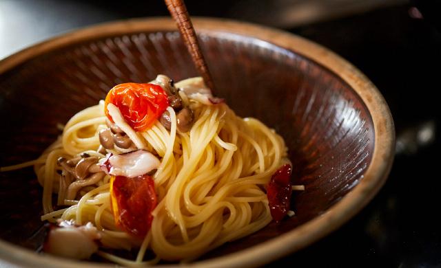 タコ、きのこ、トマトのペペロンチーノ完成