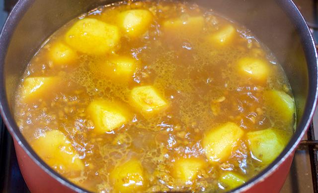 里芋を煮ているところ