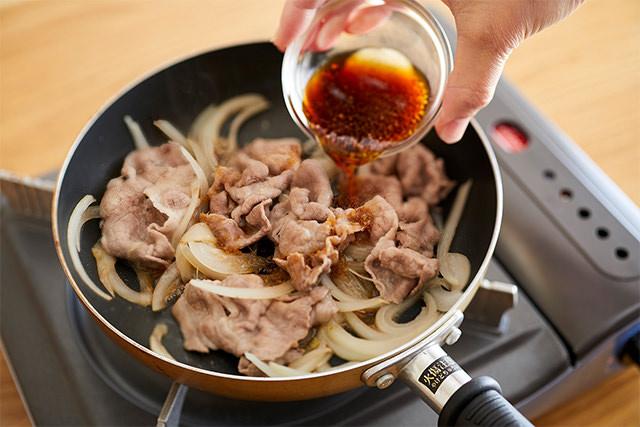 豚肉の生姜焼きを焼いているところ