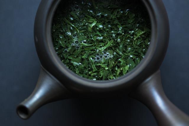 日本茶を淹れているところ