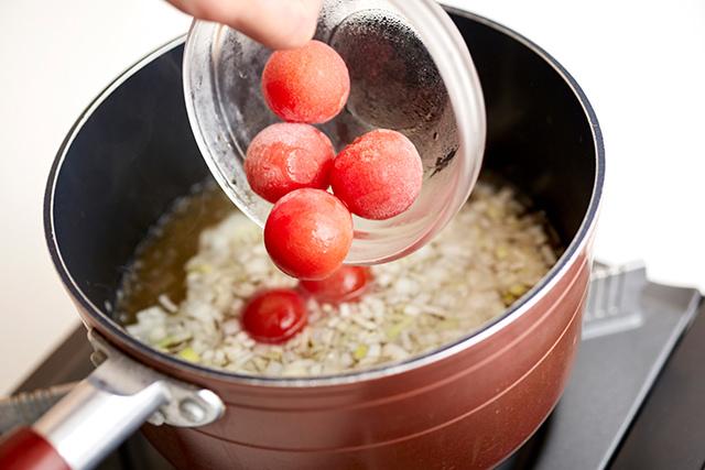 ミニトマトを入れている写真