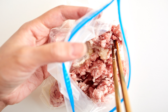 冷凍挽き肉を菜箸で取り出している写真