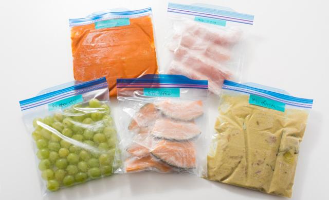Mサイズの保存袋で食材を冷凍した写真
