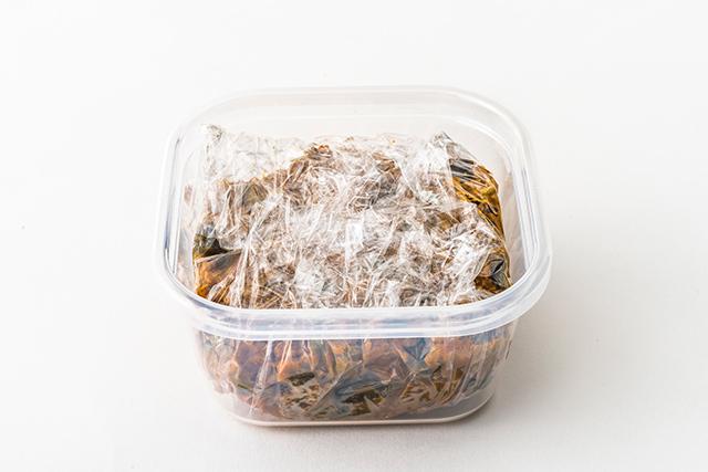 保存容器に1食分に小分けしたカレーの写真