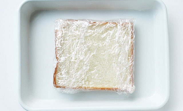 (左)冷凍用にラップで包んだ食パンの写真