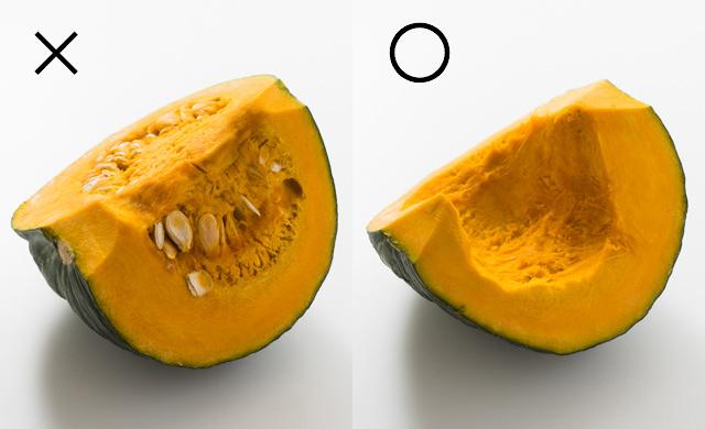 種とわたがついたかぼちゃ、種とわたを取り除いたかぼちゃの写真