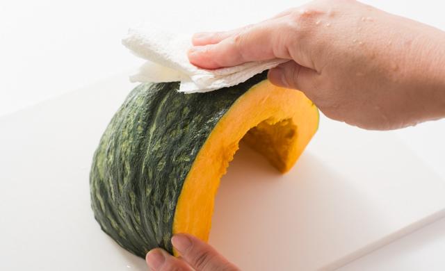 かぼちゃの水気をふいている写真