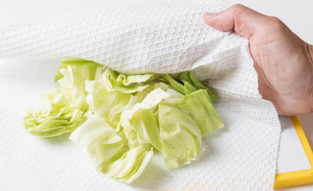 キャベツをペーパータオルで拭いている写真