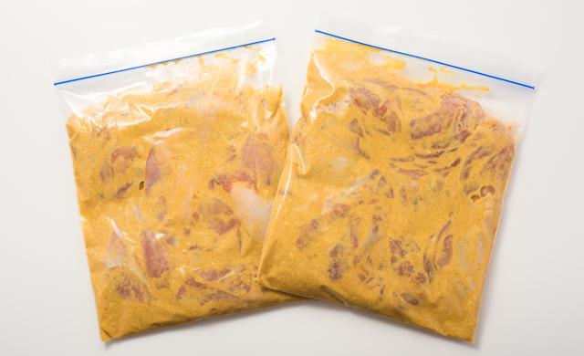 もも肉にカレーだれをつけて保存袋Mに入れた状態(冷凍前)