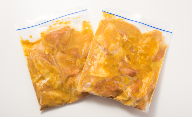 もも肉にカレーだれをつけて保存袋に入れた状態(冷凍後)