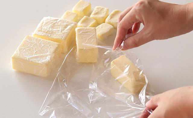 バターを小分けに包んでいる写真