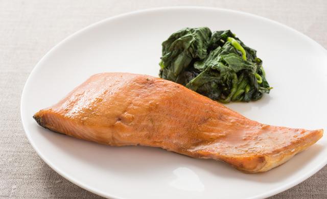 鮭の照り焼きとほうれん草をお皿に盛った完成カット