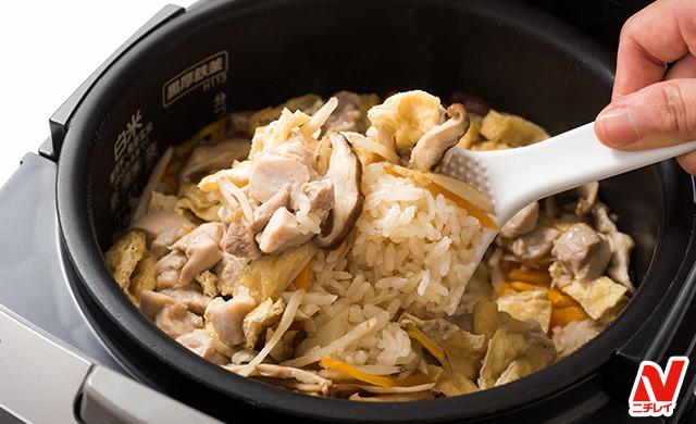 炊き込みごはんをシャモジで混ぜているところ