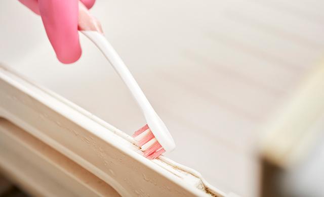歯ブラシで隙間の汚れを取る写真