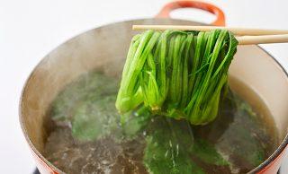 茹でたほうれん草を箸でとる写真