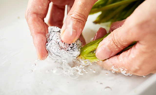 ほうれん草の根元をアルミホイルで洗う写真