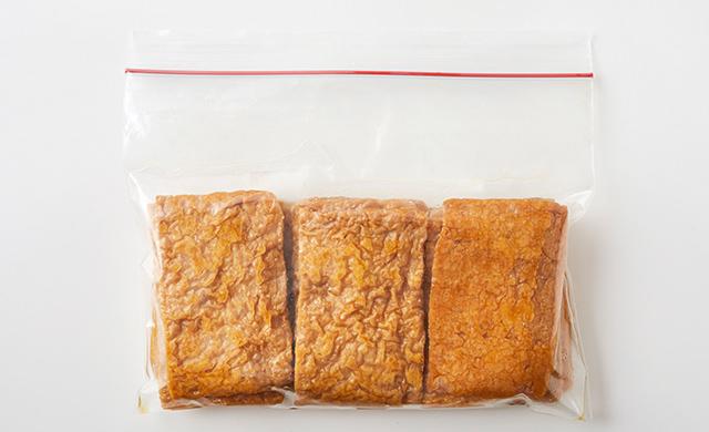 冷凍用保存袋にいなり寿司用の油揚げが入っている写真