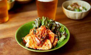 サラダチキンのキムチ和えとビールの写真