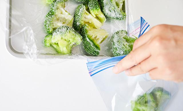 ブロッコリーを冷凍用保存袋に移している写真