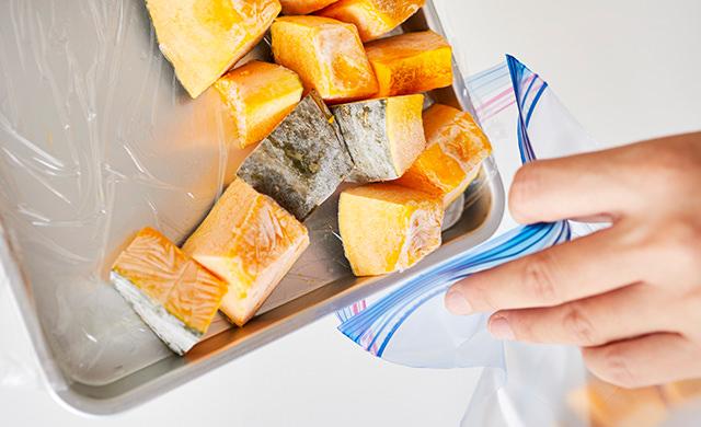 かぼちゃを冷凍用保存袋に移している写真