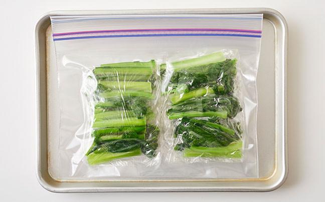 冷凍用保存袋に入ったカブの葉の写真