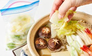 冷凍白菜を寄せ鍋に加えている写真(サイズ:640×390) 写真