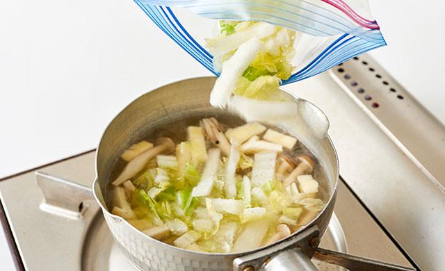 白菜を味噌汁に加えている写真