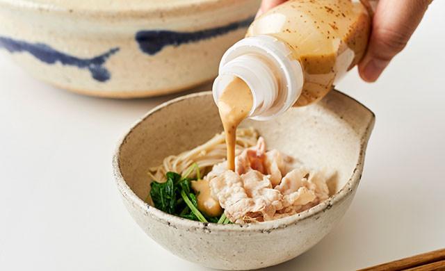 鍋料理にドレッシングをかける写真