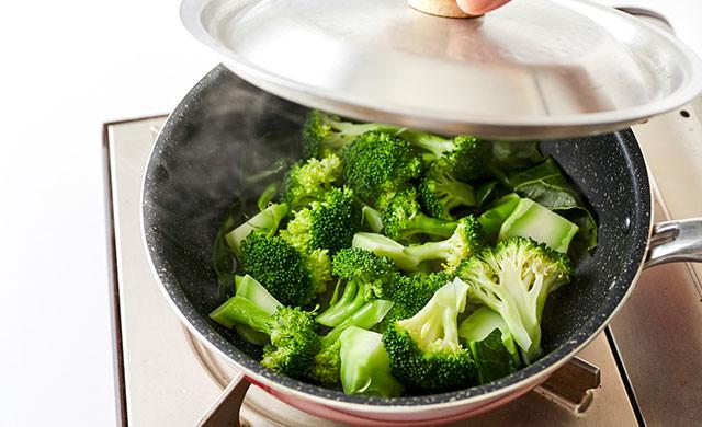 フライパンで蒸したブロッコリーの写真