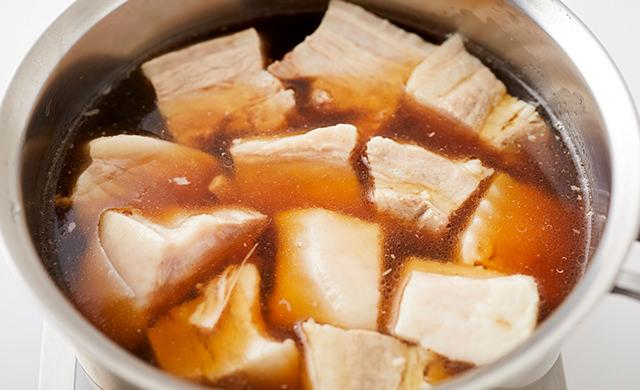 鍋に豚肉と煮汁が入った写真