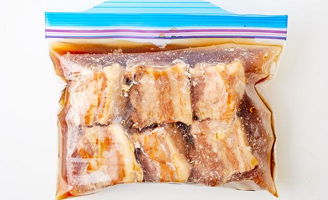 角煮を冷凍用保存袋に入れた写真