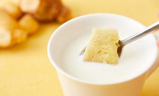 冷凍すりおろし生姜をホットミルクに入れる写真