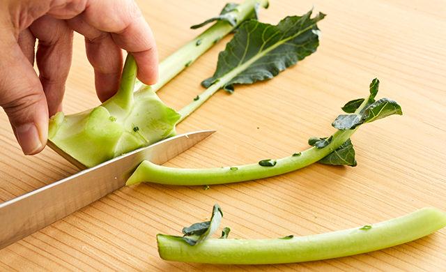 ブロッコリーの細い茎を切る写真