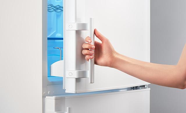冷蔵庫を開けようとする写真