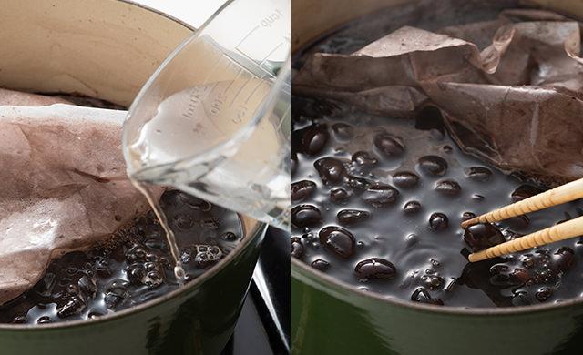 水を足している写真、黒豆の煮上がりの写真