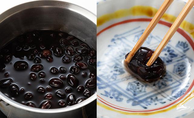 冷凍黒豆を鍋で煮た写真、黒豆を箸で押している写真