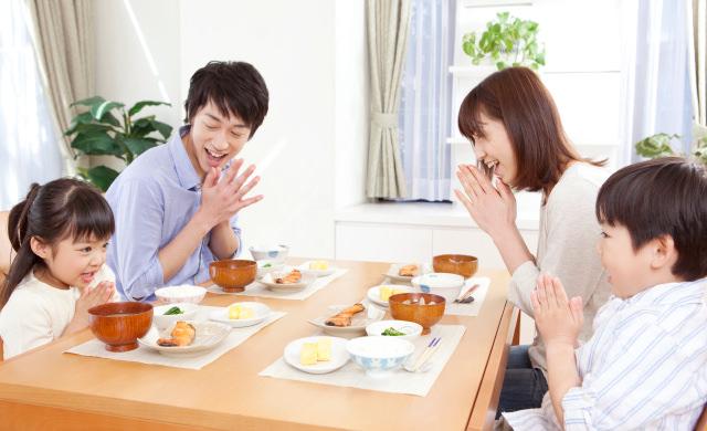 家族の食卓のイメージ写真