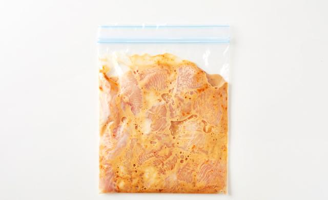 保存袋に入れた鶏胸肉(味噌マヨ)の写真