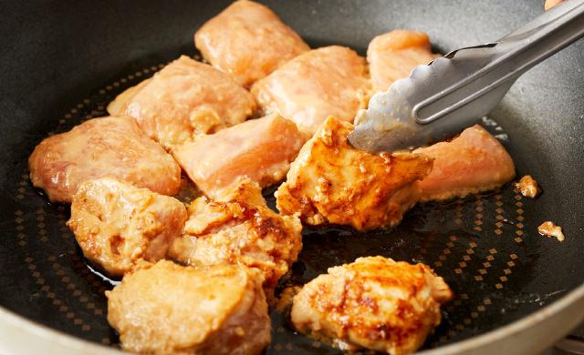 フライパンで胸肉を焼く写真