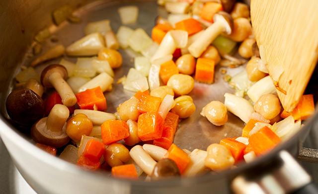 野菜と豆を加えて炒める