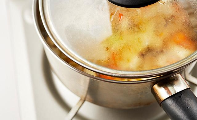 鍋の蓋を少しだけ開けて煮る