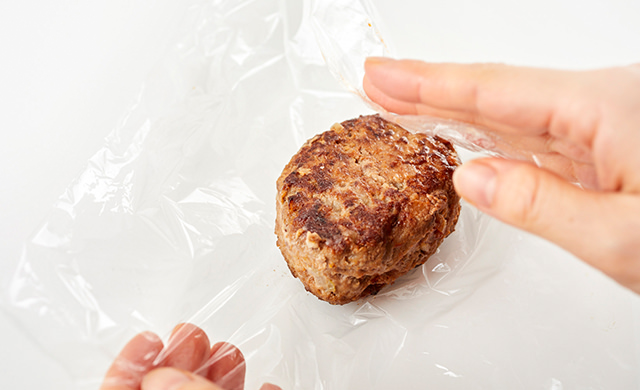 ラップでハンバーグを包む写真