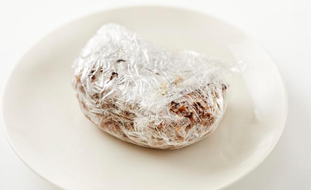 耐熱皿に入れた冷凍ハンバーグの写真