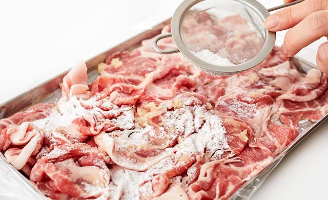 肉に片栗粉を振る写真