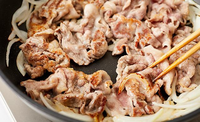 豚肉を焼く写真