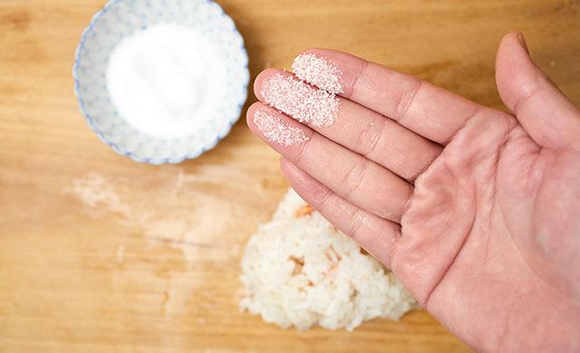 指先に塩を付けた写真