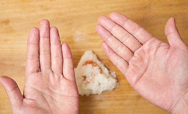 塩を手のひらに広げた写真