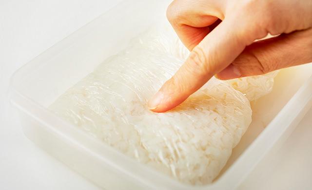冷凍ご飯を触る写真